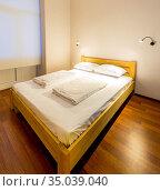 Double bed in the hotel. Стоковое фото, фотограф Elnur / Фотобанк Лори