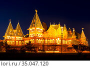 Wooden palace of the russian tsar Alexey Mikhailovich (17th century) in Kolomenskoye at night. Moscow, Russia (2015 год). Стоковое фото, фотограф Наталья Волкова / Фотобанк Лори