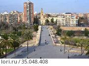 Valencia, Puente de Serranos over old riverbed of Turia. Comunidad... Стоковое фото, фотограф J M Barres / age Fotostock / Фотобанк Лори