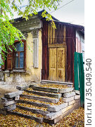 The porch of an old house with stucco molding. Autumn in the city. The picture was taken in Russia, in Orenburg. Стоковое фото, фотограф Вадим Орлов / Фотобанк Лори
