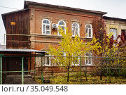 The facade of an old house with stucco molding. Autumn in the city. The picture was taken in Russia, in Orenburg. Стоковое фото, фотограф Вадим Орлов / Фотобанк Лори