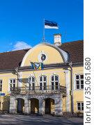Building of the Saare County Government with national flags waving on facade and roof. Kuressaare, Saaremaa, Estonia (2018 год). Редакционное фото, фотограф Кекяляйнен Андрей / Фотобанк Лори