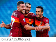 Henrikh Mkhitaryan (Roma) celebrates the goal with Jordan Veretout... Редакционное фото, фотограф Federico Proietti / SYNC / AGF/Federico Proietti / / age Fotostock / Фотобанк Лори