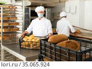 bran bread in baking tray in bakery. Стоковое фото, фотограф Яков Филимонов / Фотобанк Лори
