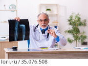 Old male doctor radiologist working in the hospital. Стоковое фото, фотограф Elnur / Фотобанк Лори