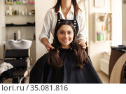 Hairdresser and customer in hairdressing salon. Стоковое фото, фотограф Tryapitsyn Sergiy / Фотобанк Лори