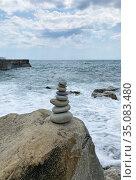 Каменная пирамидка на пляже, Массандра, Крым (2020 год). Стоковое фото, фотограф Мария Кылосова / Фотобанк Лори
