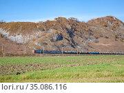 Электровоз с цистернами едет по Дальневосточной железной дороге. Редакционное фото, фотограф Галина / Фотобанк Лори