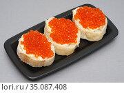 Три бутерброда с красной икрой на тарелке. Стоковое фото, фотограф Dmitry29 / Фотобанк Лори