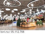 Information desk of the Mega family shopping mall with Christmas tree and decorations. St. Petersburg. Редакционное фото, фотограф Кекяляйнен Андрей / Фотобанк Лори