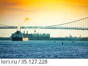 Freight boat and Ambassador Bridge in Detroit, USA (2018 год). Стоковое фото, фотограф Сергей Новиков / Фотобанк Лори