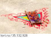 Чучело из теста, используемое в мистическом ритуале жертвоприношения во время сакрального танца Чам тантрического тибетского буддизма ваджраяны в монастыре Ламаюру. Dough effigy used in mystical rituals of sacrifice in religious masked and costumed mystery Cham dance of Tantric Tibetan Buddhism (2012 год). Стоковое фото, фотограф Олег Иванов / Фотобанк Лори