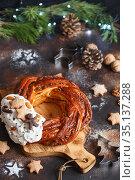 Sweet Bread Wreath decorated with stars cookies. Honey brioche garland with chocolate and nuts. Holiday recipes. Braided Bread. Cinnamon Twist Bread Wreath. Christmas Wreath. Стоковое фото, фотограф Nataliia Zhekova / Фотобанк Лори