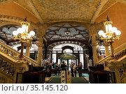 Interior of the vestibule of the Palace of Catalan Music in barcelona. Spain (2018 год). Редакционное фото, фотограф Наталья Волкова / Фотобанк Лори