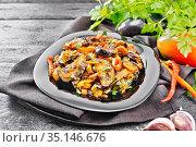 Рагу овощное с баклажаном и перцем на темной доске. Стоковое фото, фотограф Резеда Костылева / Фотобанк Лори