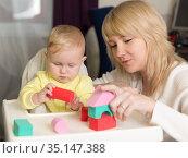 Мама с маленьким ребенком играют с разноцветным конструктором. Стоковое фото, фотограф Наталья Гармашева / Фотобанк Лори