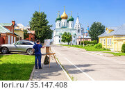 Artist paint the ancient cathedral at the Kolomna Kremlin. Редакционное фото, фотограф FotograFF / Фотобанк Лори