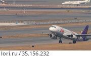 Airliner taking off from Hong Kong International Airport (2019 год). Редакционное видео, видеограф Игорь Жоров / Фотобанк Лори