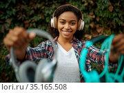 Music fan in headphones listening to music in park. Стоковое фото, фотограф Tryapitsyn Sergiy / Фотобанк Лори