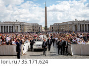 Pope Francis blesses the faithful at the end of his holy Mass on ... Стоковое фото, фотограф Antoine Mekary / Godong / age Fotostock / Фотобанк Лори