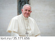 Pope Francis smiling in Saint Peter's square at the Vatican. Стоковое фото, фотограф Antoine Mekary / Godong / age Fotostock / Фотобанк Лори