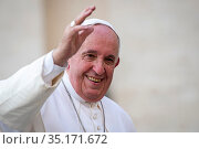 Pope Francis waving in Saint Peter's square at the Vatican. Стоковое фото, фотограф Antoine Mekary / Godong / age Fotostock / Фотобанк Лори