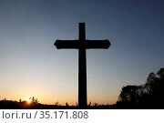 Cross at dusk at Le Bec Hellouin, Eure, France. Стоковое фото, фотограф Philippe Lissac / Godong / age Fotostock / Фотобанк Лори