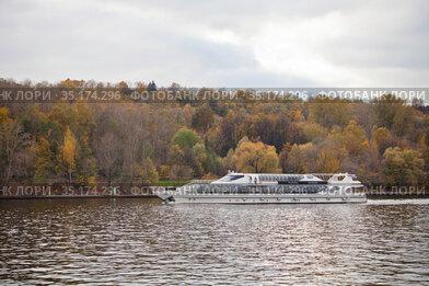 Яхта-ресторан флотилии Radisson на Москве-реке на Воробьевых горах