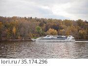 Супер яхта-ресторан  флотилии Radisson на Москве-реке на Воробьевых горах. Стоковое фото, фотограф Victoria Demidova / Фотобанк Лори