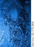Обледеневшее стекло с морозными узорами. Стоковое фото, фотограф Наталья Горкина / Фотобанк Лори