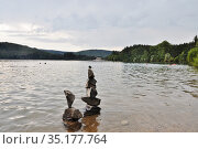 Вулканическое озеро Иссарлес (Lac d'Issarlès) с пирамидой из камней (l'Ardèche, région Auvergne-Rhône-Alpes. France. Стоковое фото, фотограф Вера Смолянинова / Фотобанк Лори