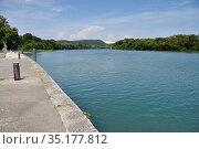 Берег реки Рона в порту Вивье (Port de plaisance de Viviers); регион Рона - Альпы (Rhône-Alpes), Франция. Стоковое фото, фотограф Вера Смолянинова / Фотобанк Лори