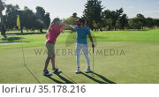 Two caucasian women playing golf wearing face masks greeting each other with elbows. Стоковое видео, агентство Wavebreak Media / Фотобанк Лори