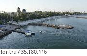 motor boat approaches the shore. Стоковое видео, видеограф Aleksandr Sulimov / Фотобанк Лори