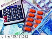 Калькулятор, лекарства, российские деньги. Стоковое фото, фотограф Татьяна Ратушная / Фотобанк Лори