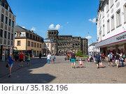 Вид на главную улицу Трира Симеонштрассе, Германия (2018 год). Редакционное фото, фотограф V.Ivantsov / Фотобанк Лори