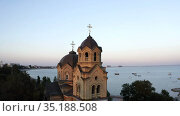 bird's eye view of the old church with two domes at sunset. Стоковое видео, видеограф Aleksandr Sulimov / Фотобанк Лори