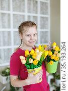 Pretty girl with spring bouquet tulip flowers. Стоковое фото, фотограф Дарья Филимонова / Фотобанк Лори