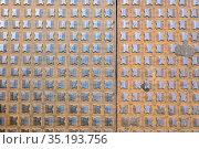 Фон и текстура металлической крышки на улице в центре Трира, Германия (2018 год). Стоковое фото, фотограф V.Ivantsov / Фотобанк Лори