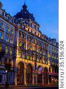 England, London, Regent Street at Night, Apple Store. Стоковое фото, фотограф Steve Vidler / age Fotostock / Фотобанк Лори