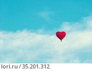 День святого Валентина, праздничный фон. St Valentines day background. Balloon in the the shape of heart in the blue sky. St Valentines day concept. Стоковое фото, фотограф Зезелина Марина / Фотобанк Лори