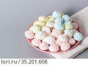 Сахарные безе в тарелке на сером фоне. Стоковое фото, фотограф Наталья Гармашева / Фотобанк Лори