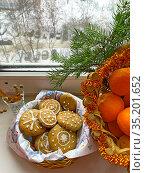 Новогоднее имбирное печенье рядом с мандаринами на подоконнике в зимний день. Стоковое фото, фотограф Мария Кылосова / Фотобанк Лори