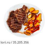 Delicious roasted veal steak with baked potatoes. Стоковое фото, фотограф Яков Филимонов / Фотобанк Лори