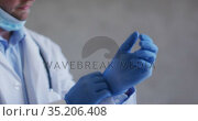 Caucasian male doctor wearing medical gloves and face mask. Стоковое видео, агентство Wavebreak Media / Фотобанк Лори