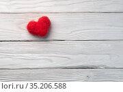 Red woolen handmade heart on the white textured wooden boards. Стоковое фото, фотограф Георгий Дзюра / Фотобанк Лори
