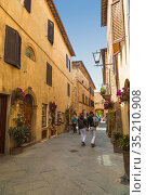 Street in the medieval village of Pienza in Italy, Tuscany (2015 год). Редакционное фото, фотограф Наталья Волкова / Фотобанк Лори