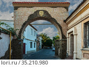 Ancient city of Yevpatoria Tuchina Street with a stone arch. Стоковое фото, фотограф Владимир Ушаров / Фотобанк Лори