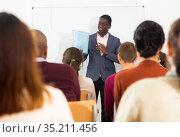 An entrepreneur advertises product at business training. Стоковое фото, фотограф Яков Филимонов / Фотобанк Лори