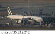 Boeing 777 unloading after arrival to Hong Kong airport (2019 год). Редакционное видео, видеограф Игорь Жоров / Фотобанк Лори